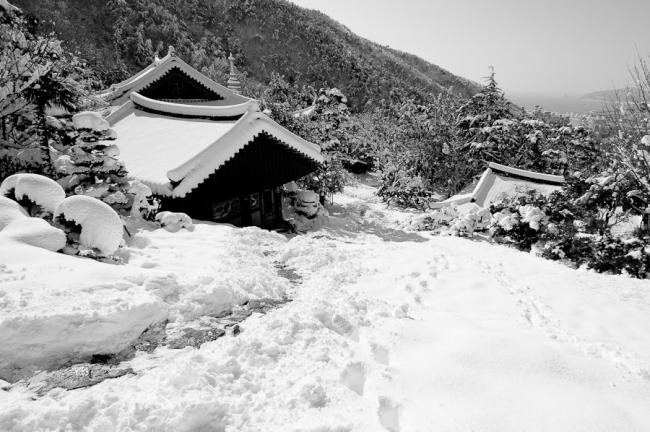 Snow at Jangsan mountain, view from the temple, Busan 2005